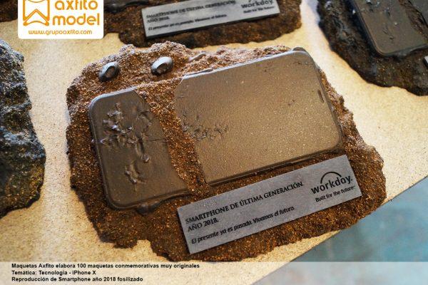 102 maquetas conmemorativas – Smartphone fosilizado
